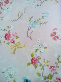 Behang, liefelijke bloemetjes op zoet roze achtergrond