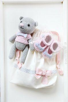 Crochet baby shoes and amigurumi bear with pink sweater - besenseless.blogspot.com