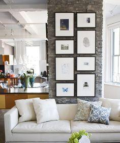 #7 ENFILEIRADOS   Pendure os quadro e adornos lado a lado seguindo uma linha reta na parede - pode ser na vertical ou na horizontal. Esta é uma boa maneira de decorar um cômodo comprido, por exemplo, sem deixa-lo muito carregado.