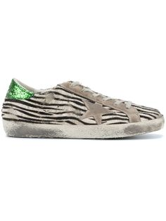 ¡Consigue este tipo de deportivas de GOLDEN GOOSE DELUXE BRAND ahora! Haz clic para ver los detalles. Envíos gratis a toda España. Golden Goose Deluxe Brand - Zebra Print Superstar Sneakers - Women - Cotton/Leather/Pony Fur/Rubber - 36: Black and white pony hair and leather zebra print Superstar sneakers from Golden Goose Deluxe Brand featuring a round toe, a lace-up front fastening, a signature star patch detail to the side, a flat rubber sole, a distressed finish and a contrasting green…