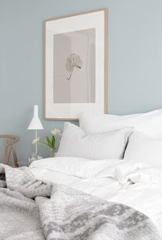 Soothing wall color and fresh flowers! Stylizimo blog Image: Nina Holst