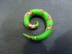 Alargador Espiral Verde com detalhes em flor Feito em cerâmica plástica Fazemos do 2 mm ao 10 mm R$ 30,00  www.elo7.com.br/dixiearte