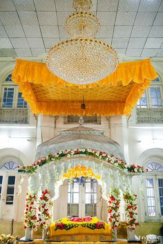 Browse photos, outfit & decor ideas & vendors booked from a real Punjabi /Sikh Grand & Luxurious wedding in Patiala. Punjabi Wedding, Desi Wedding, Luxury Wedding, India Wedding, Sikh Wedding Decor, Wedding Hall Decorations, Stage Decorations, Floral Wallpaper Iphone, Black Phone Wallpaper