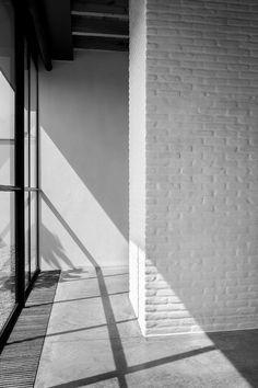 THE APARTMENT Alojamientos urbanos El arquitecto Vincent Van Duysen trató de rescatar la esencia del edificio sin renunciar a la comodidad. Conservó la fachada histórica, pero desmanteló el resto del edificio —que se encuentra en el centro de la ciudad— para separarlo en diferentes niveles.