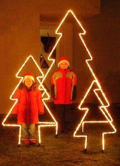 Leuchtender Tannenbaum aus Rundeisen mit Lichtschlauch