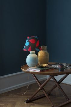 Mogens Lassen Egyptian table, André Fau table lamp, Accolay vase, brass vide poche – hellethygesen.com