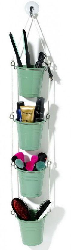 Rangement maquillage DIY avec des seaux métalliques suspendus  http://www.homelisty.com/rangement-maquillage/