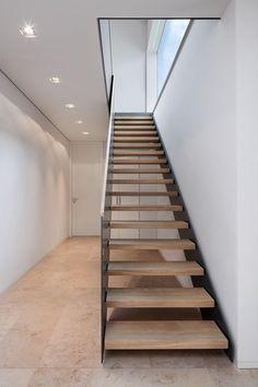Berschneider + Berschneider, Architekten BDA + Innenarchitekten, Neumarkt: Neubau WH I Oberpfalz (2012) Diy Staircase Railing, Rustic Staircase, Staircase Runner, Interior Staircase, Modern Staircase, Staircase Design, Glass Stairs, Floating Stairs, Beton Design