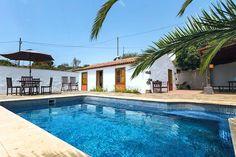 Description: Twee charmante cottages met onbelemmerd zicht vanuit je luie stoel bij je privé zwembad op het heuvelachtige landschap El Rosario  Hoop doet flink leven in La Esperanza Casa Domi & Aitiana vind je bij het mooie stadje La Esperanza. Ze zijn gelegen op ongeveer 1.000 meter boven de zeespiegel tussen de bergen en de oceaan. Het stadje betekent ?de hoop? in het Spaans. En deze hoop doet flink leven. Natuurliefhebbers en mensen op zoek naar rust en ruimte zijn hier volledig op hun…