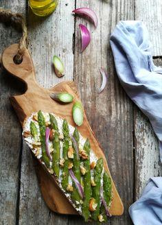 Bruschetta con asparagi e robiola