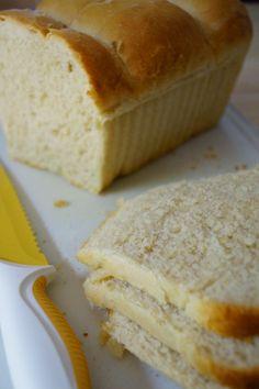 Ca fait longtemps déjà que je fais le pain de mie maison (je l'achète aussi souvent ) mais c'est la première fois que j'ai une photo pour vous donner la recette! Je ne mets pas de lait dedans parce que sinon je trouve le résulat trop brioché, juste une... Kitchen Aid Recipes, Cooking Recipes, Kitchen Aid Artisan, Pizza Cake, Sandwiches, Bread And Pastries, Easy Bread, Diy Food, I Love Food