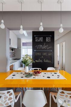 A cozinha integrada com a sala permitiu um melhor relacionamento de quem cozinha com as pessoas ao redor, além de dar uma sensação de amplitude ao apê.