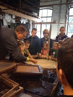Groep 1 t/m 8 van de Rietgors zelf papier scheppen bij papierfabriek de middelstemolen
