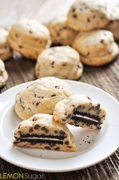 Oreo Stuffed Chocolate Chip Cookies: substituted baking powder for the baking soda and cut the oreos into fourths before stuffing them into size cookie balls. Desserts With Chocolate Chips, Mini Chocolate Chips, Just Desserts, Chocolate Chip Cookies, Oreo Cookies, Chocolate Oreo, Yummy Snacks, Yummy Treats, Delicious Desserts
