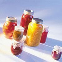 Del plommene og ta ut stenene. Skjær eple i små biter. Kok opp eddik og vann i en kjele. Hell den oppskårne frukten, rosiner, sukker, ingefær, chilipulver og... Hot Sauce Bottles, Chutney, Food, Essen, Meals, Chutneys, Yemek, Eten