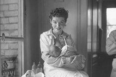 27 Historical Women Who DGAF About Breastfeeding In Public. #breastfeeding
