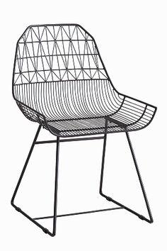 Puutarhatuolit maalattua metallia. Korkeus 85 cm, leveys 56 cm, syvyys 63 cm. Toimitetaan kasaamattomina.<br><br>Vinkki! Yhdistä tuoleihin Elloksen istuintyynyt, koko 40x40 cm. <br><br>
