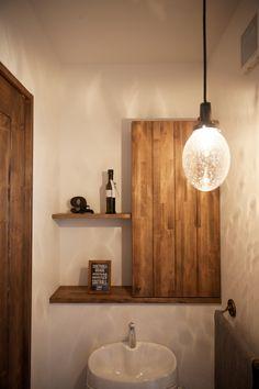 ストック用のペーパー類は造作棚の中へ収容できるようにしました。 また、雑貨などディスプレイできるように飾り棚を併設しています。 #トイレ #sanitary #トイレインテリア #ナチュラルインテリア #インテリア #インテリア雑貨 #ゼスト倉敷 #ゼスト #岡山県 #飾り棚 #照明 #かわいい家 #ZEST倉敷 Diy Interior, Interior Design, Wall Lights, Ceiling Lights, Pretty Room, Bathroom Medicine Cabinet, Sconces, Furniture Design, New Homes