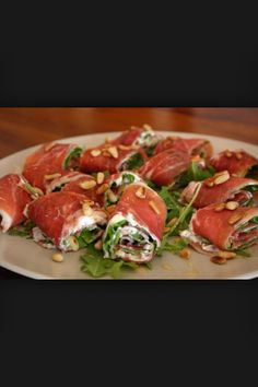 See the photo of titled More Tapas! Meat rolls with arugula, Philadelphia and pine nuts and other inspiring pictures on Spaaz. - - IdeasInformations About Sehe dir das Foto von mit dem Titel Noch mehr Tapas! I Love Food, Good Food, Yummy Food, Healthy Snacks, Healthy Recipes, Finger Foods, Food Inspiration, Appetizer Recipes, Party Appetizers