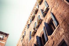 Alte, blaue Fensterläden in Venedig! #Stadt #Venedig #Fenster #Fensterläden #blau #Himmel