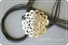 Pulseira produzida artesanalmente em liga especial com banho de ouro e cordão de algodão encerado. R$59,00