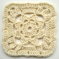FREE pantern - crochet granny square with flower Granny Square Häkelanleitung, Granny Square Crochet Pattern, Crochet Squares, Crochet Granny, Crochet Motif, Crochet Flowers, Knit Crochet, Granny Squares, Crochet Bags