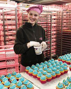 Ein Blick in unsere Backstube zeigt, wie viel Handarbeit und Fingerspitzengefühl hinter jedem einzelnen der leckeren Einhorn Cupcakes steckt 😍😍😍 Die grosse Kunst der kleinen Verführung. #Bachmannmoment #ConfiserieBachmann #Confiserie #Bachmannconfiserie #Bäckerei #Bakery #instafood #instasweet #Unicorn #Cupcake #Cupcakelove Dessert, Unicorn, Unicorn Cupcakes, Reposteria, People, Handarbeit, Kunst, Desserts, Postres