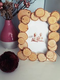 Naturmaterialien Bilderrahmen basteln mit Holzscheiben - - Naturmaterialien Bilderrahmen basteln mit Holzscheiben Natural materials Picture frames make with wooden discs <! Upcycled Crafts, Diy Crafts To Do, Diy Projects To Sell, Frame Crafts, Easy Crafts, Paper Crafts, Diy Projects For Bedroom, Autumn Crafts, Fall Diy