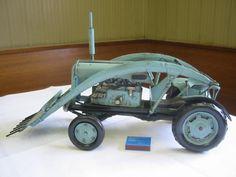 Für große und kleine Jungs: großer Tipper Tractor mit Kippfunktion aus unserer Nostalgie Blechmodell Kollektion. Dieser Traktor kam besonders nach großflächigen Mäharbeiten zum Einsatz. Durch die gezackte Schaufel war es möglich, große Mengen an den Abfällen aufzunehmen.
