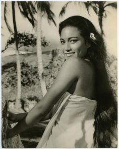 Tarita Teripia is the face of Officer Dawn Meli of LURE OF THE BEAR. Tarita is a fascinating woman, too. You should look up her story sometime! Hawaiian People, Hawaiian Woman, Hawaiian Girls, Polynesian Girls, Polynesian Islands, Polynesian Culture, Hula Dancers, Photo D Art, Hula Girl