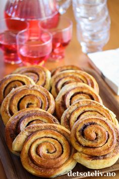 kanelbulle - cinnamon roll with cardamom dough Norwegian Food, Norwegian Recipes, Dere, Sweet Pastries, Sweet Pie, No Bake Desserts, Bread Baking, Cinnamon Rolls, Baked Goods
