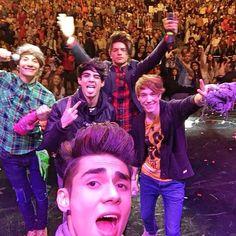 Esos chicos son los que me sacan una sonrisa cada día. Los amo. CD9