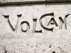"""Cacería Tipográfica N° 238: La palabra """"VOLCAN"""" tallada en uno de los 9 arcos de sillar en el Mirador de Yanahuara, Arequipa."""