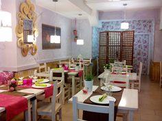 Situado en la céntrica Calle Mayor, a pocos minutos del Coso y de la Plaza del Pilar, el Méli Mélo es un establecimiento moderno con un toque vintage, que ofrece tapas originales y de calidad en un ambiente cuidado y cercano.
