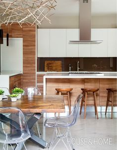 Warm & Contemporary Kitchen | Designer: Eric McClelland | Photographer: Alex Lukey | #kitchendesign #kitchencabinets #scavolini #interiordesign #wood