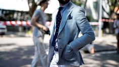 Tailor-made suits are a great choice, especially for those who are going to buy a suit for the first time. Here we have a list of details that you need to care while going to stitch your first bespoke suit. Elegant Smart Casual, Summer Smart Casual, Casual Look For Men, Custom Made Clothing, Mens Clothing Styles, Mens Fashion Week, Fashion News, Tailor Made Suits, Suit Stores