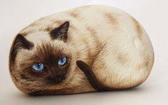 Kuva sivustosta http://www.creativityfuse.com/wp-content/uploads/2013/01/Siamese-cat-paint-on-stone-by-Roberto-Rizzo.jpg.