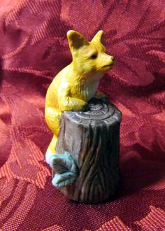 VINTAGE COLLECTIBLE FIGURAL BISQUE ENESCO FOX ON A TREE STUMP THIMBLE 1986