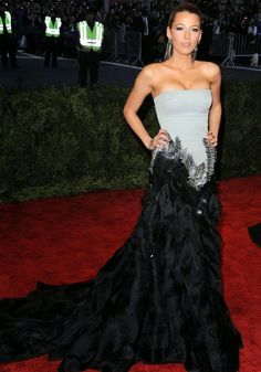 Blake Lively was one of the few stars to wow on the Met Gala 2013 red carpet [Rex] Blake Lively Style, Blake Lively Dress, Red Carpet Dresses, Red Carpet Looks, Beautiful Gowns, Beautiful Women, Mode Style, Red Carpet Fashion, Dress Me Up