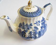 Vintage Sadler Willow Pattern Teapot, Blue and White, cup size Blue Willow China, Blue And White China, Blue China, Teapots Unique, Vintage Teapots, Willow Pattern, Blue Stain, China Patterns, Chocolate Pots