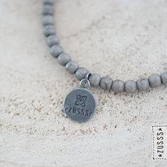 Zusss | Kralenarmband marmer grijs | http://www.zusss.nl/product/zusss-kralenarmband-marmer-grijs-met-bedel-mat-zilver/
