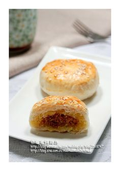 Cantonese style Mooncake with Taro filling 芋蓉广式月饼 Asian Appetizers, Asian Desserts, Chinese Desserts, Chinese Food, Bakery Recipes, Dessert Recipes, Mooncake Recipe, Loose Meat Sandwiches, Asian Cake