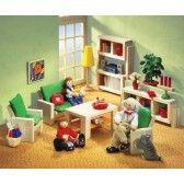 Das Selecta Ambiente Wohnzimmer besteht aus einem Sofa, zwei Nachttischen, zwei Sessel mit Auflagen, einem Coachtisch, einem Sideboard, einem Regal mit Milchglasschiebetüren und einem Wandbild. In diesem modern gestalteten Wohnzimmer trifft sich die Puppenfamilie und verbringt schöne Stunden zusammen. 37,50 €
