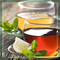Prepárate un té de limón, esta fruta desintoxica tu cuerpo y lo previene de resfriados.   Sólo coloca al fuego 1 litro de agua y agrega cáscara de 2 limones. Déjalo hervir por 15 minutos y apaga. Agrega el jugo de los 2 limones y endulza con miel de abeja.  Puedes tomarlo caliente o frío.