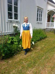 Sverigedräkt jag sytt på fri hand förklädet under färdigställande (broderat blå del nertill ska till)