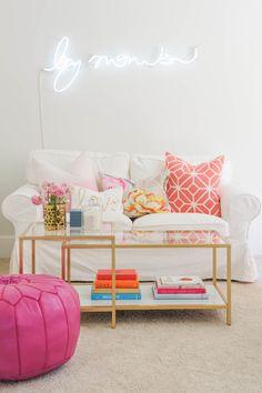 sala em branco, dourado e rosa