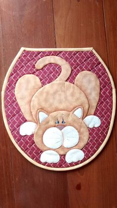 Jogo de banheiro Quilting Projects, Sewing Projects, Projects To Try, Cat Template, Diy And Crafts, Arts And Crafts, Felt Quiet Books, Cat Quilt, Fun Hobbies