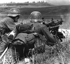 German Soldiers Ww2, German Army, Pin Ups Vintage, Mg34, Germany Ww2, German Uniforms, Ww2 Photos, Military Pictures, War Photography