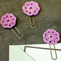 BEYOND adorable!  Crochet Flower Paperclips