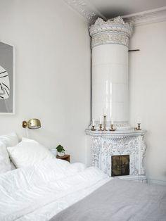 Brass Wall Sconce in a Scandinavian Bedroom design via Kvarteret Makleri Scandinavian Wall Sconces, Scandinavian Bedroom Decor, Scandi Bedroom, Airy Bedroom, Modern Bedroom, Dark Blue Bedrooms, Minimalist Scandinavian, Scandinavian Style, Nordic Style
